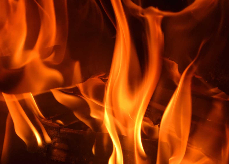 Flammen in einem Kaminofen
