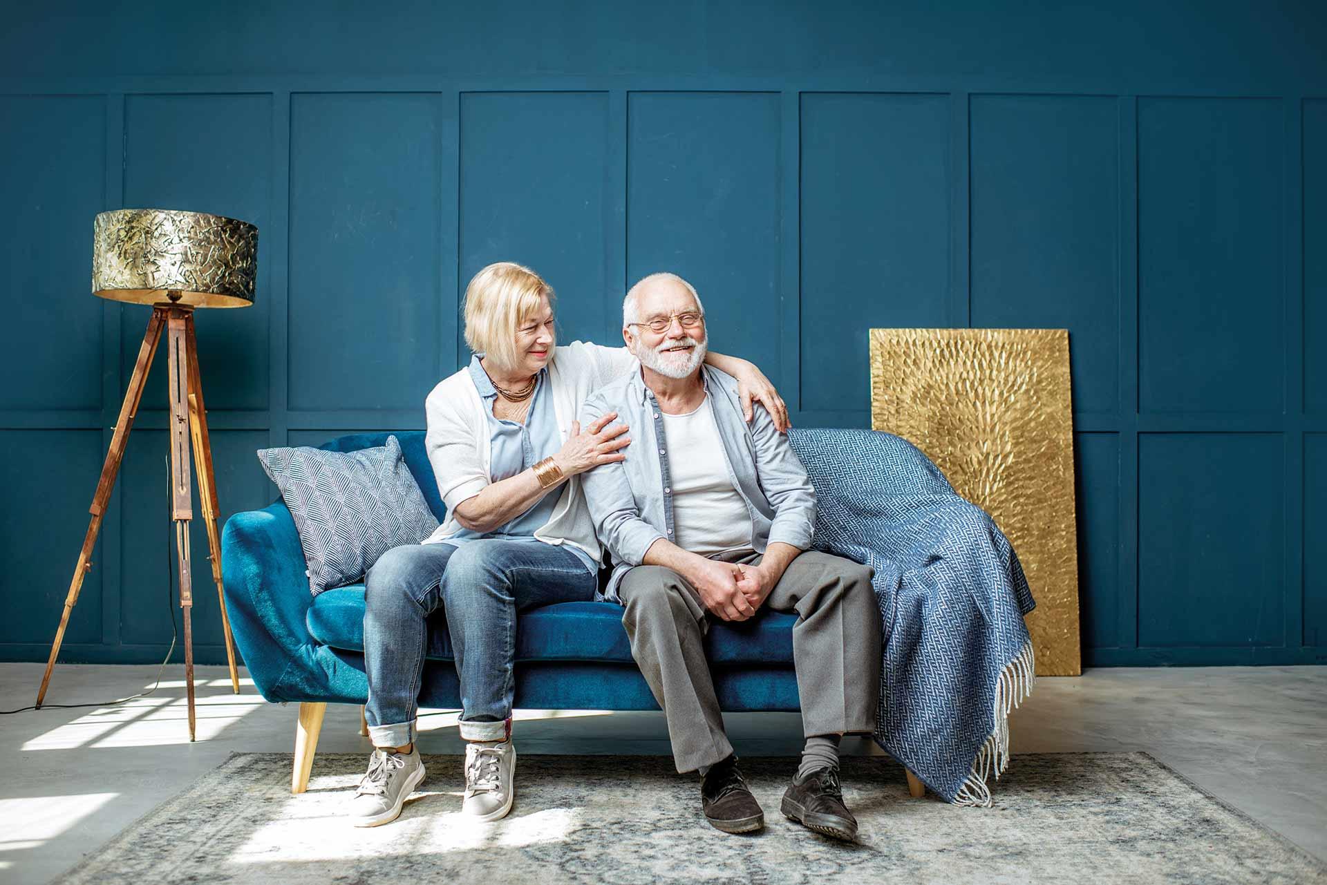 Älteres Paar in einer Wohnung die zu groß ist