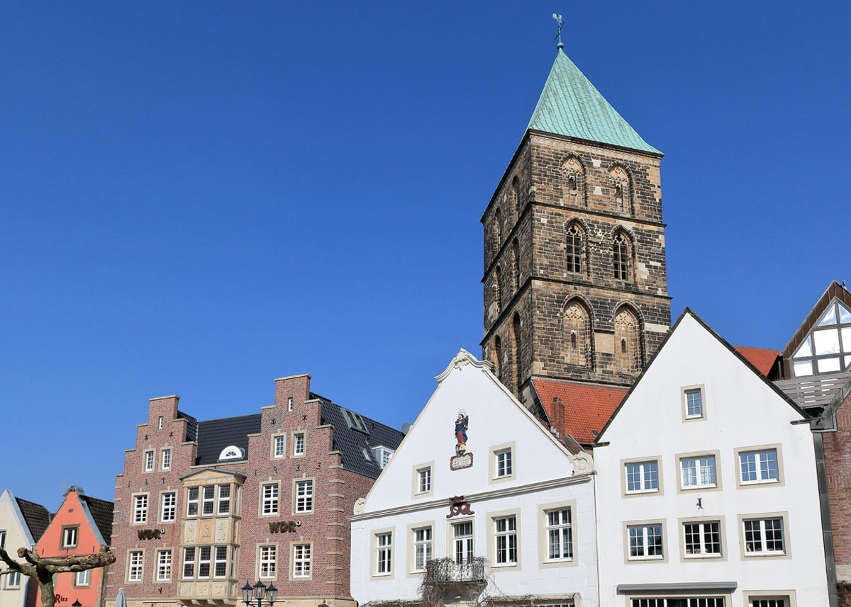 Marktplatz-mit-Stadthaus-Fassaden-und-Stadtkirche-in-Rheine