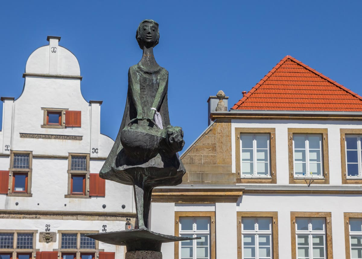 Statue-on-the-central-sqaure-of-Rheine